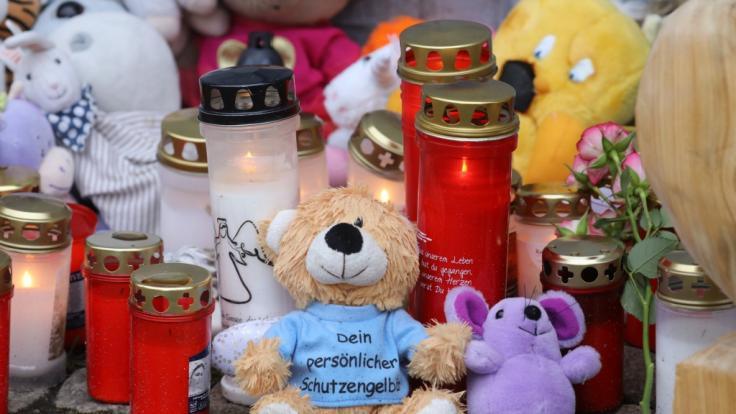 Kerzen und Plüschtiere stehen vor dem Eingang des Hauses, wo am 12.01.2019 eine Sechsjährige ums Leben kam.
