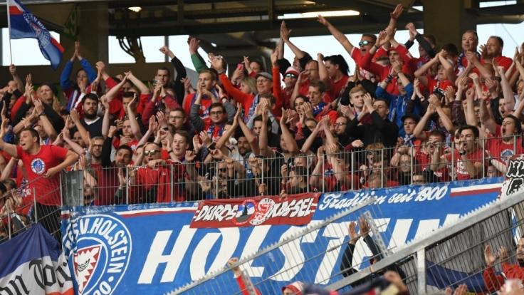Lautstark feuern die Fans von Holstein Kiel ihren Verein an. (Symbolbild) (Foto)