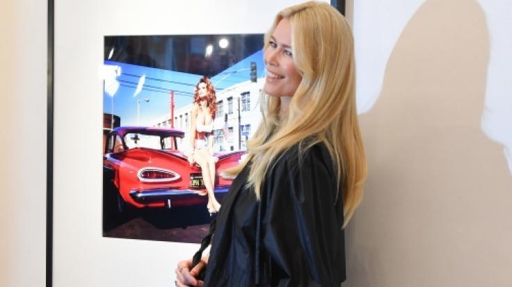 Auf ihrem neuesten Instagram-Post präsentiert sich Claudia Schiffer im eng anliegenden, goldenen Kleid von Versace. (Foto)
