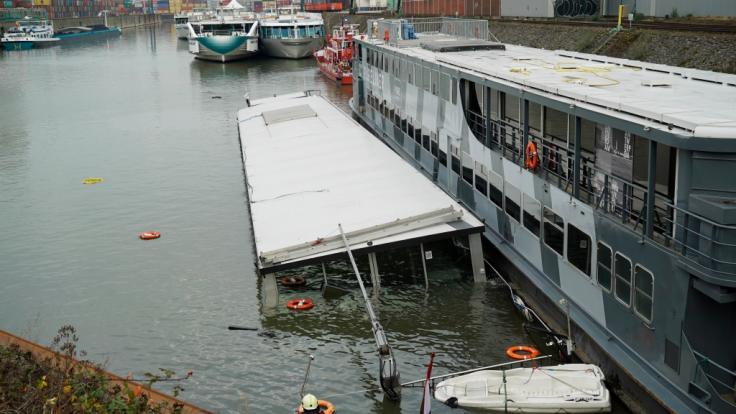 Auf dem Rhein ist ein Partyschiff gesunken.
