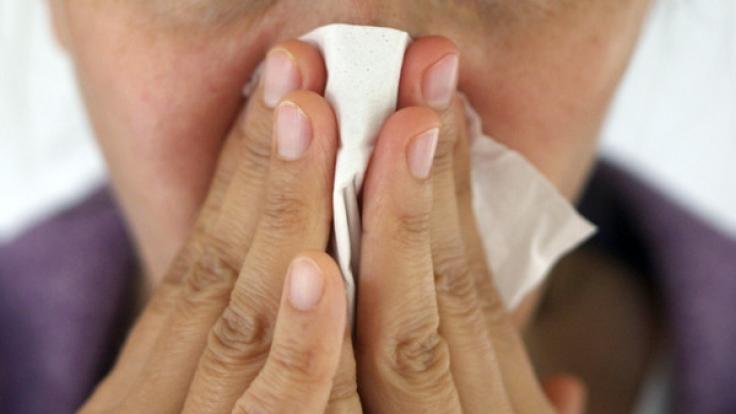 Bei einer Grippe bleibt es nicht nur bei Schnupfen. (Foto)