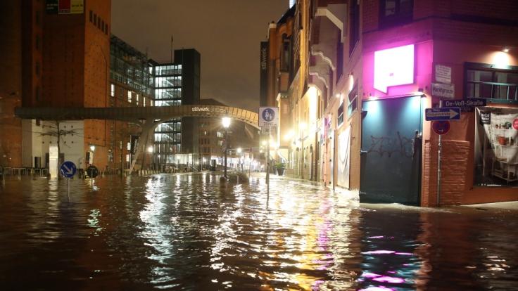 Die Große Elbstraße am Fischmarkt in Hamburg steht am 12.01.2017 während einer Sturmflut unter Wasser. (Foto)