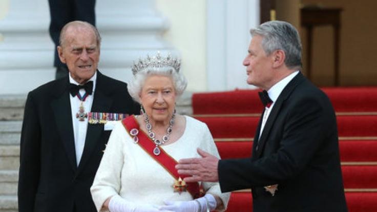 Bundespräsident Joachim Gauck begrüßt Queen Elizabeth und Prinz Philip im Schloss Bellevue in Berlin zum Staatsbankett.