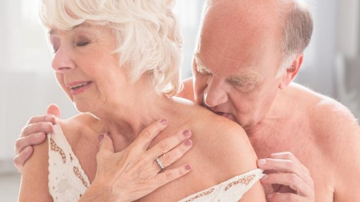 Eine 81-jährige Seniorin und ihr 59-jährigen Lover wurden heimlich beim Sex gefilmt. Anschließend landete der Clip auf Snapchat.