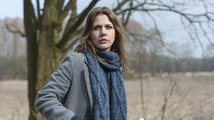 Zwei Jahre nach der Bluttat im Nebelhaus macht sich Doro (Felicitas Woll) am Tatort selbst ein Bild. Sie begibt sich auf Spurensuche, um die Geschehnisse womöglich in ein neues Licht zu rücken. (Foto)