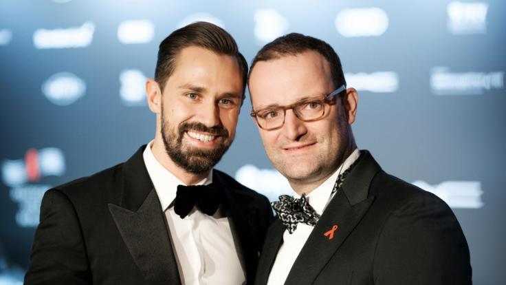 Bundesgesundheitsminister Jens Spahn (rechts) und sein Partner Daniel Funke haben im Dezember 2017 geheiratet. (Foto)