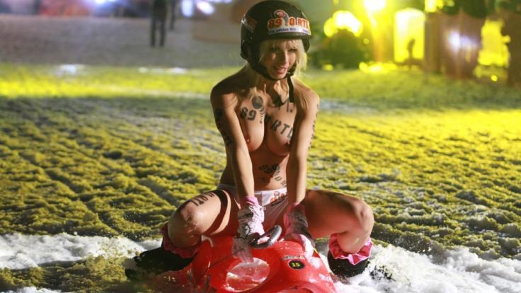 Mia Julia raste 2012 in Braunlage oben ohne auf einen Schlitten dahin. (Foto)