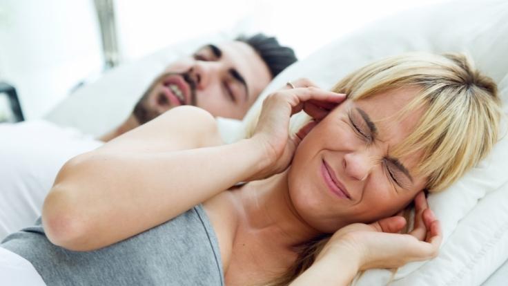 Bei Schnarchen gibt es oft nur eine Lösung für Paare: Getrennte Schlafzimmer!