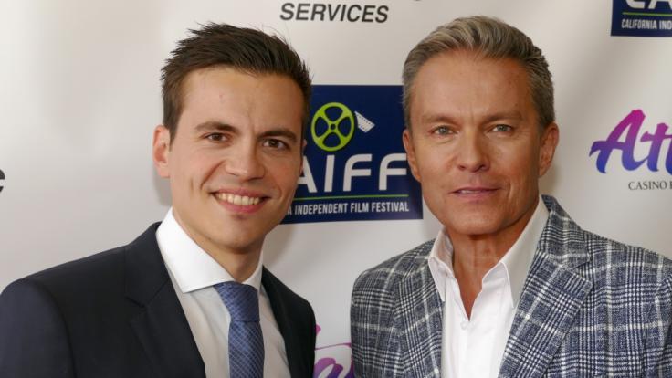 """Alfons Haider zusammen mit Regisseur und ProduzentAlexander Peter Lerchen (l), bei der Weltpremiere des Films """"The Salzburg Story"""" im Kino. (Foto)"""