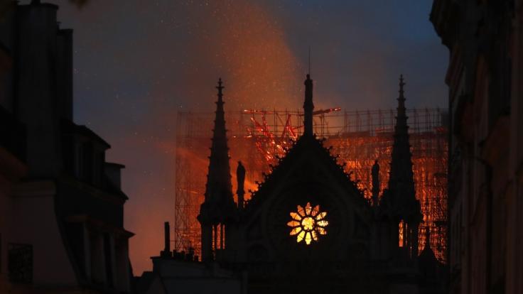 Am späten Montagabend loderten die Flammen über Notre-Dame noch immer.