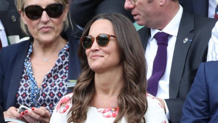 Pippa Middleton muss ständig an ihrem Kleid ziehen. (Foto)