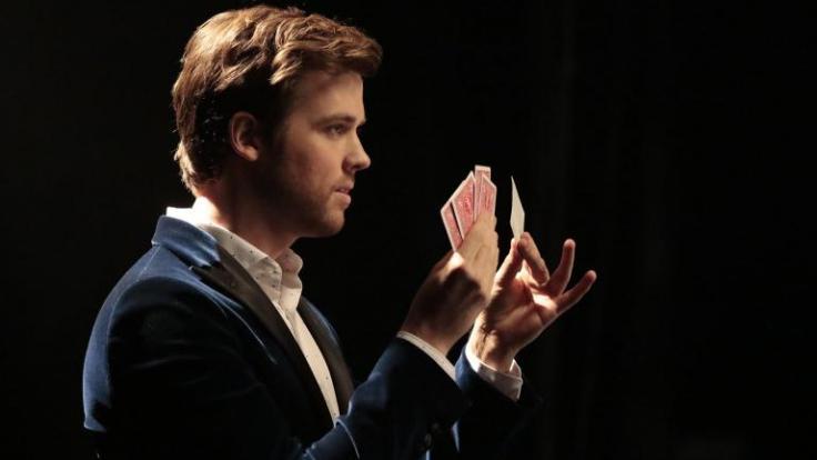 """""""Deception"""": Mit raffinierten Tricks und der Unterstützung seines Teams lockt Illusionist Cameron Black (Jack Cutmore-Scott) Kriminelle in die Falle. (Foto)"""