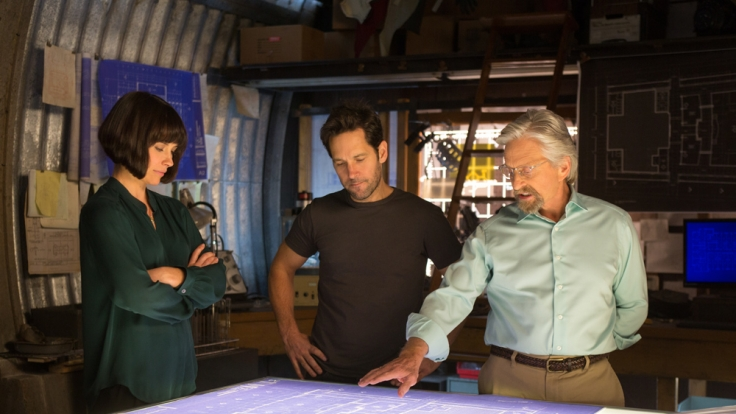 Hope van Dyne (Evangeline Lilly), Scott Lang (Paul Rudd) und Hank Pym (Michael Douglas) bei der Lagebesprechung. (Foto)