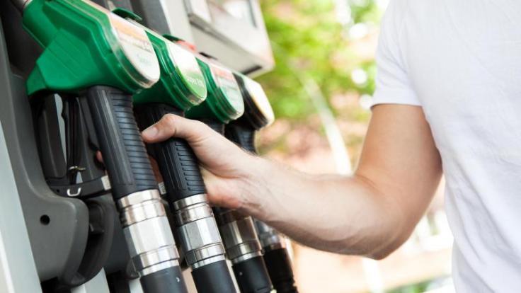 Wer zur richtigen Zeit am Zapfhahn andockt, spart Geld beim Tanken. (Foto)
