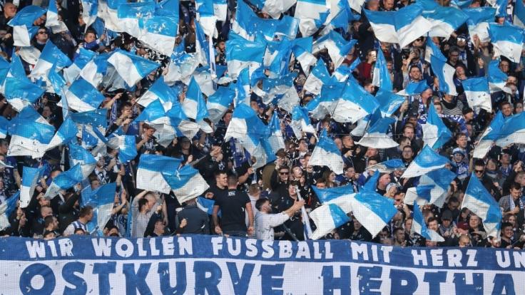 Fahnen und Konfetti fliegen in der Fankurve von Hertha BSC. (Symbolbild)