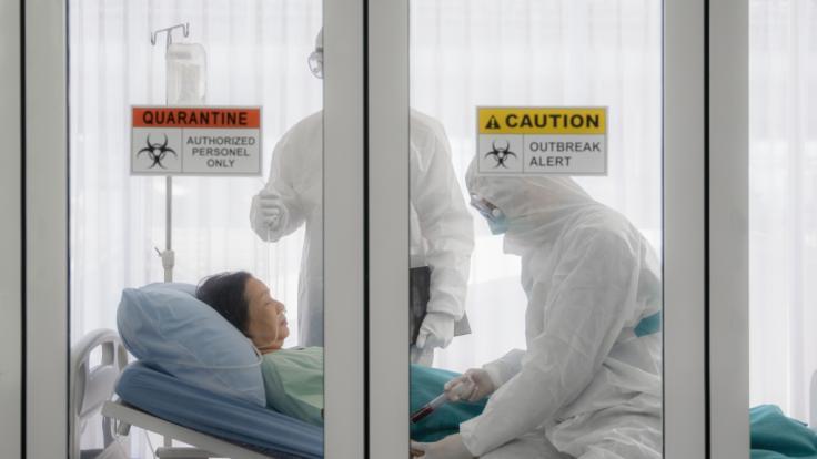 Erstmals konnten Ärzte eine 93-jährige Corona-Patientin heilen. (Foto)