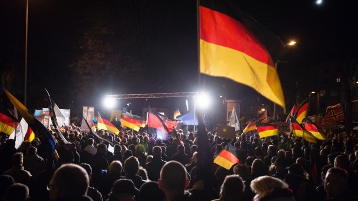 """Anhänger der rechtspopulistischen """"Alternative für Deutschland"""" bei einer Kundgebung der Partei am 18. November 2015 in Erfurt. (Foto)"""