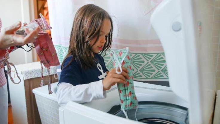 Ab in die Maschine! Alltagsmasken sollten bei mindestens 60 Grad gewaschen werden. (Foto)