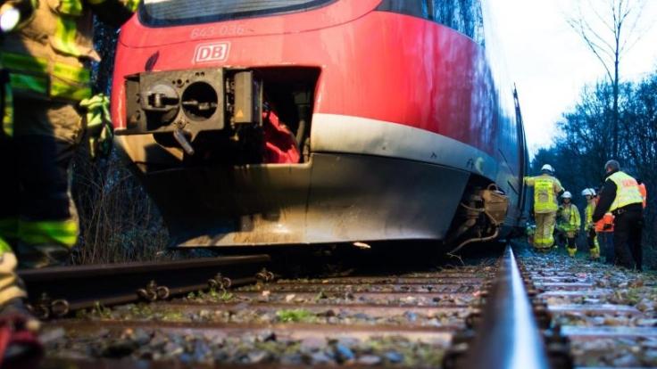 """Von Nordrhein-Westfalen bis Bayern müssen die Menschen wegen Sturmtief """"Burglind"""" mit orkanartigen Böen rechnen. Es kommt zu Zugverspätungen und -ausfällen. (Foto)"""