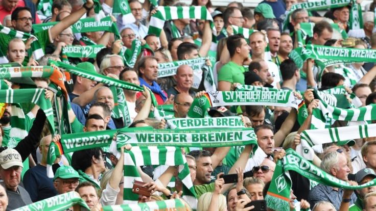Fans von Werder Bremen feuern ihren Verein nach Leibeskräften an. (Symbolbild) (Foto)