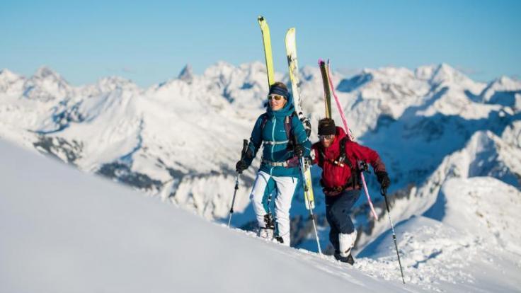 Skitouren sind beliebt. Doch beim Aufsteigen und Abfahren im freien Gelände abseits präparierter Pisten müssen Wintersportler stets die Lawinengefahr im Blick haben. (Foto)