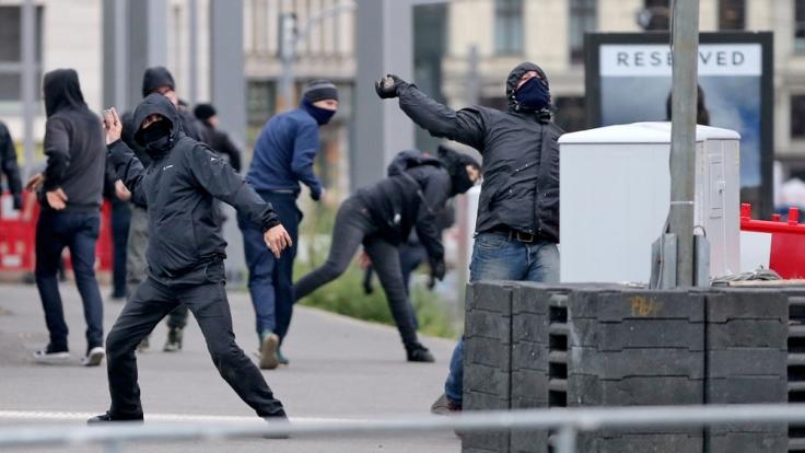 Linksextreme Demonstranten werfen am 26.09. in Leipzig Steine und Falschen auf Polizisten. (Foto)