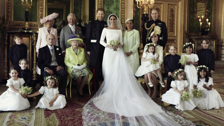 Meghan Markle und Prinz Harry posieren an ihrem Hochzeitstag inmitten der Königsfamilie und ihrer Blumenkinder. (Foto)