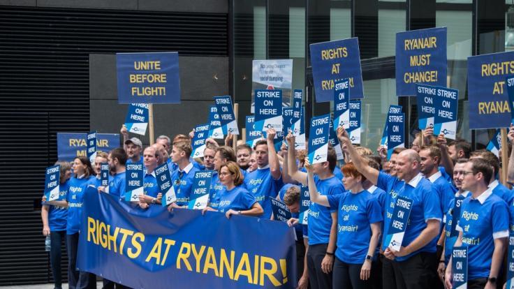 Schon im August hatten sichBeschäftigte der Fluggesellschaft Ryanair während eines Streiks für bessere Arbeitsbedingungen ausgesprochen. (Foto)