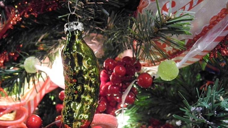 In den USA gehört die saure Gurke traditionelle als Schmuck an den Weihnachtsbaum. (Foto)