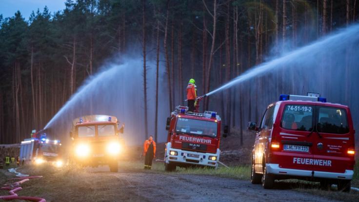 Die Feuerwehr ist mit einem Großaufgebot im Einsatz. (Foto)