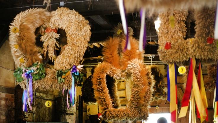 Erntekronen gehören zum Erntedankfest vielerorts dazu. (Foto)