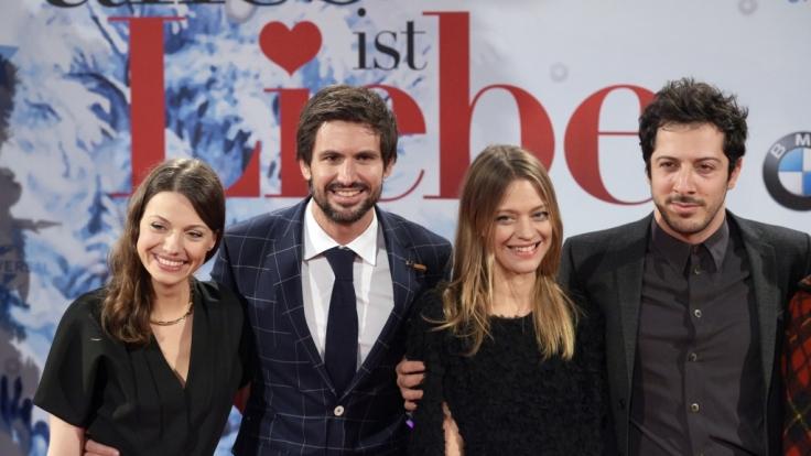 Julia Hartmann (links) mit ihren Schauspielkollegen Tom Beck, Heike Makatsch und Fahri Yardim (von links) zur Kinofilm-Premiere von