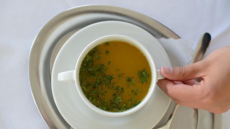 Das Unternehmen Dennree ruft Gemüsebrühe wegen Selleriespuren zurück. (Foto)