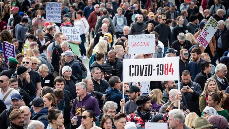 In London am Trafalgar Square demonstrierten bei einer Kundgebung gegen die Corona-Maßnahmen Tausende Menschen. (Foto)