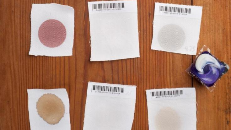 Konfitüre und Espresso (von oben nach unten): Pulvrige Vollwaschmittel (zweite Reihe) entfernten im Test die Flecken besser als Gelkissen (dritte Reihe). (Foto)