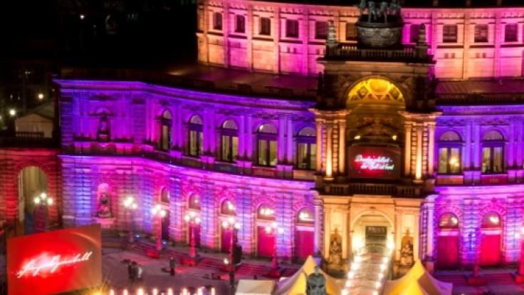 """Für die 12. Ausgabe des Balls unter dem Motto """"Dresden strahlt - grenzenlos in alle Welt"""" wurde eine internationale Show für die 2.500 Gäste im Haus sowie erwartete 15.000 Menschen beim Open-Air-Ball vor dem Haus angekündigt. (Foto)"""