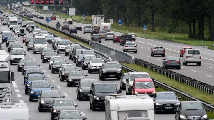 In den kommenden Wochen müssen Autofahrer vielerorts mit vollen Autobahnen rechnen: Die Sommerferien beginnen. (Foto)