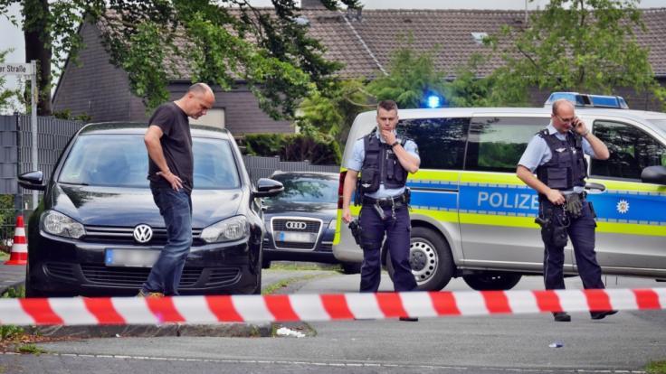 Polizeibeamte untersuchen den Tatort in Siegen.