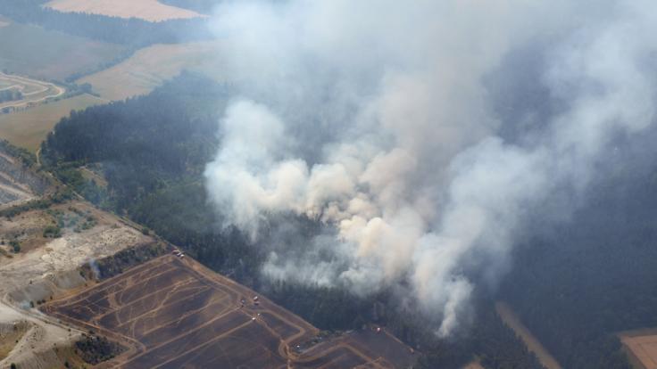 Ein Waldbrand im Weimarer Land ist auf einer Aufnahme aus einem Polizeihubschrauber zu sehen. Die lang anhaltende Hitze hat die Waldbrandgefahr in Thüringen deutlich ansteigen lassen.