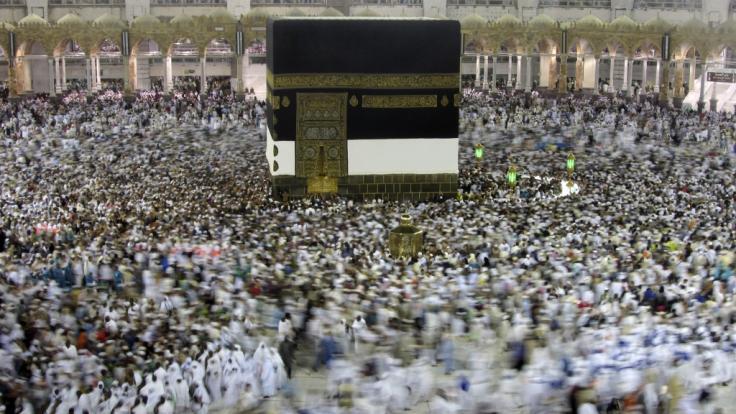 Muslimische Pilger umrunden die Kaaba in der al-Haram-Moschee bei der muslimischen Pilgerreise Hadsch. (Foto)