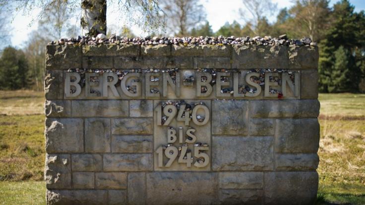 Schätzungen zufolge sollen zwischen 1941 und 1945 50.000 Menschen im Lager Bergen-Belsen ermordet worden sein. Ein Gedenkstein mit der Inschrift Bergen-Belsen 1940 bis 1945 steht in der Gedenkstätte Bergen-Belsen. (Foto)