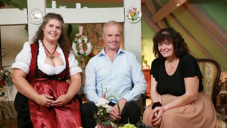 Auf dem Scheunenfest lernt Norbert, der freundliche Westfalen Petra (l.) und Sylvia näher kennen.
