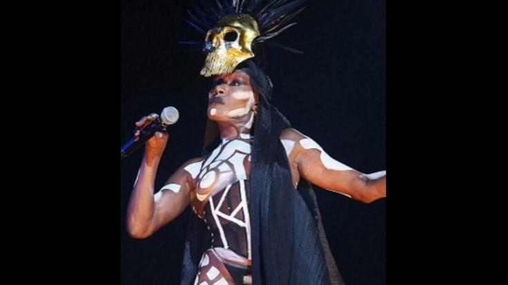 Heißer Nackt-Auftritt von Grace Jones mit Stammesbemalung.
