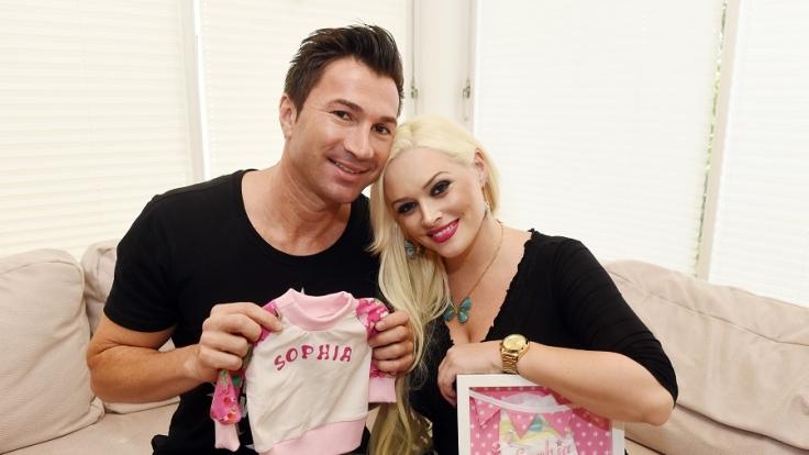 Man könnte meinen, Daniela Katzenberger und Freund Lucas Cordalis befinden sich seit der Geburt ihrer Tochter Sophia im Dauer-Shit-Storm. (Foto)