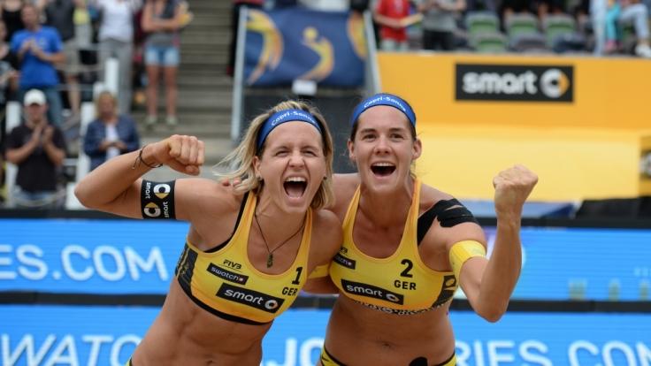 Große Freude beim Beachvolleyball Grand Slam in Hamburg 2016: Laura Ludwig und Kira Walkenhorst.
