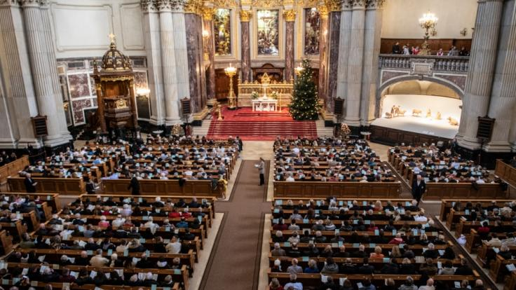 Volle Kirchenbänke wie hier im Berliner Dom zur Weihnachtspredigt am 24.12.2019 wird es im Corona-Jahr 2020 nicht geben.