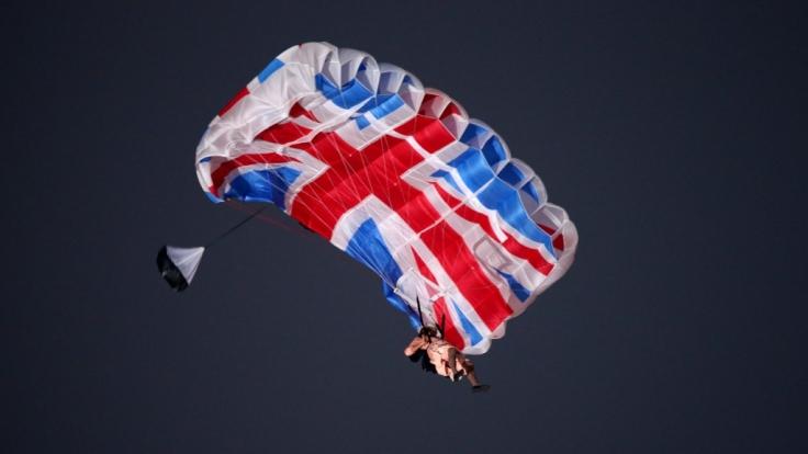 Königin Elizabeth II. (vertreten durch einen Schauspieler) landet am Fallschirm zur Eröffnung der Olympischen Spiele 2012.