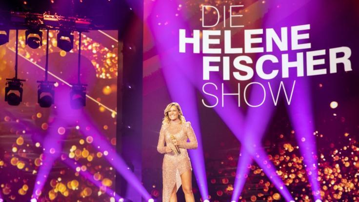 Helene Fischer steht in einem sexy Outfit auf der Bühnenmitte. (Foto)