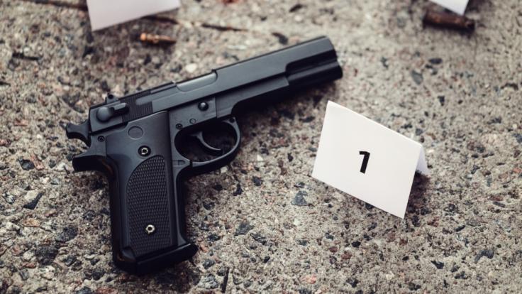 Aufgrund einer folgenschweren Verwechslung wurde ein unbeteiligter Mann aus nächster Nähe erschossen (Symbolbild). (Foto)