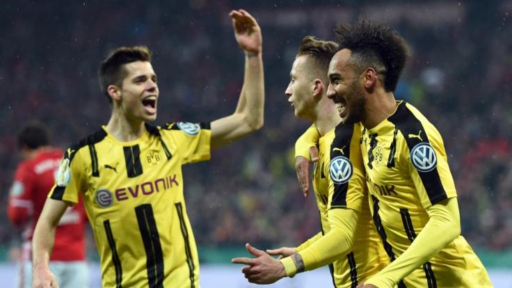 Dortmunds Torschütze Marco Reus (M) und Pierre-Emerick Aubameyang (r) jubeln mit Julian Weigl über den verdienten Sieg. (Foto)
